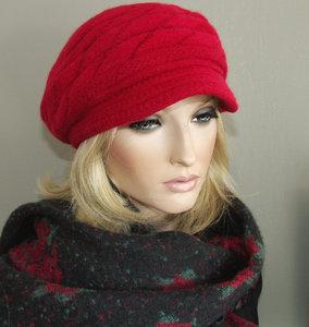 Lekker warm gevoerd winterbaretje met kort klepje kleur rood